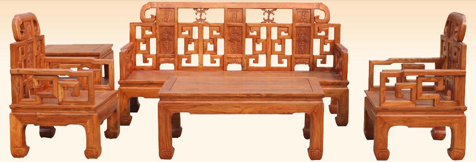 很多家具都是美美的外观,而内里的材料却是让人不敢恭维,能素颜示人的才是真材实料,北方气候比较干燥,很多老榆木家具在制作时是不上漆的,只在家具表面烫一层蜡。这种经过烫蜡之后的老榆木家具,在日后的使用过程中经过长期反复的摩挲,表面的蜡会渗进木材中,发生氧化,产生包浆。